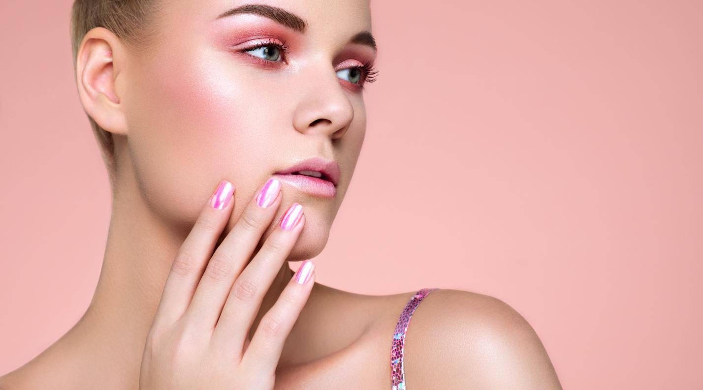 Девушка с макияжем и розовыми ногтями