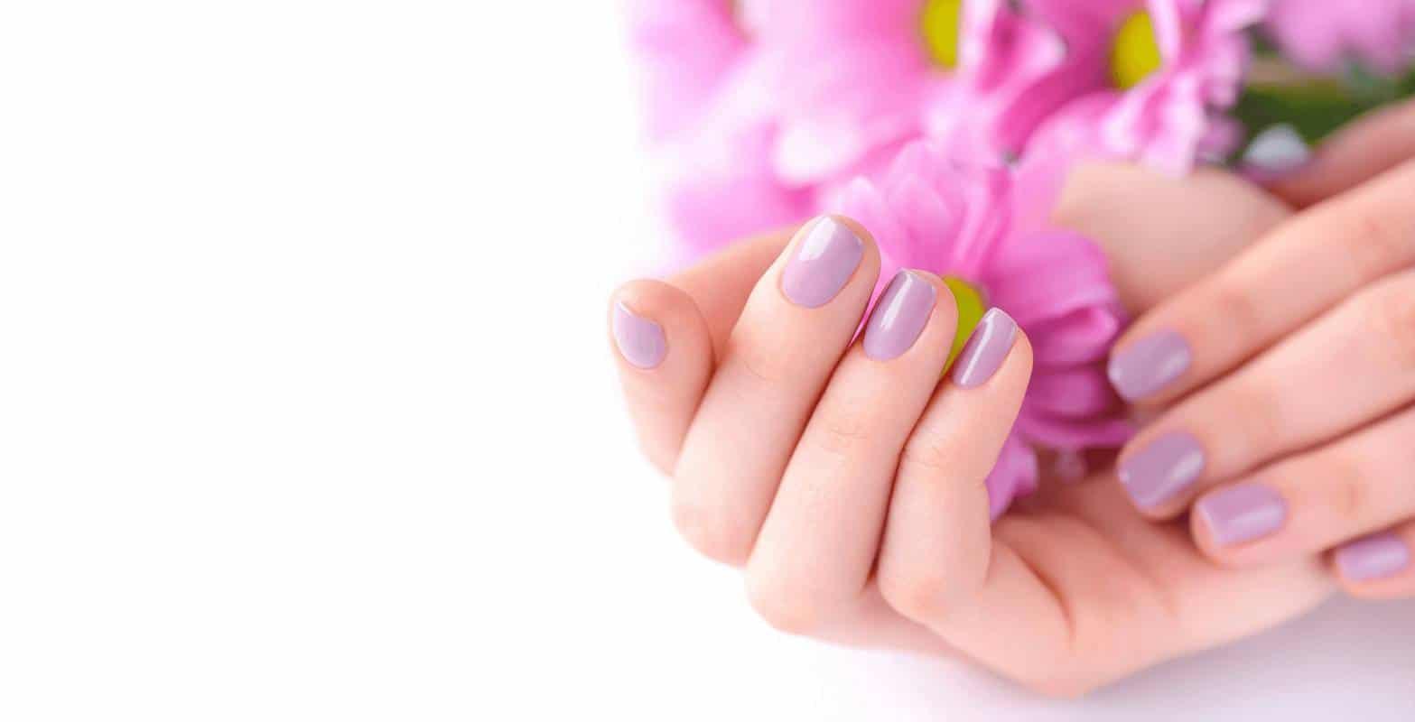 Маникюр на короткие ногти с сиреневым покрытием
