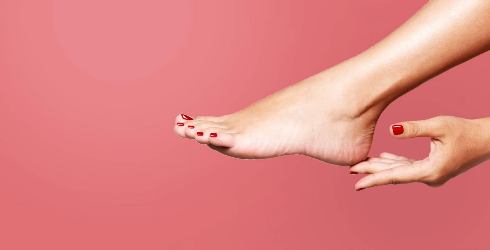 Красное покрытие ногтей на руках и ногах