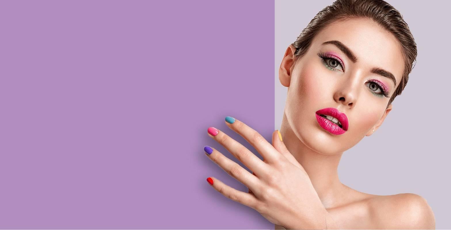 Яркий розовый макияж и разноцветный маникюр